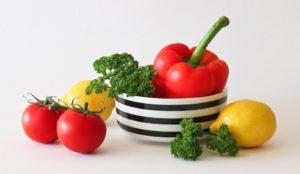 miska w biało czarne poziome past wypełniona warzywami zawierającymi makroelementy