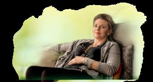 źródło: http://www.verdin.pl/ kobieta siedzi na kanapie i trzyma się za brzuch ponieważ problemy z trawieniem dlatego wzięła tabletki na trawienie