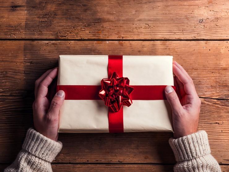 zapakowany prezent gwiazdkowy może perfumy męskie
