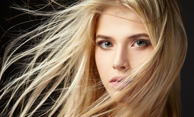 farba do włosów w odcieniu jasny bland na włosach młodej kobiety z rozwianym włosem