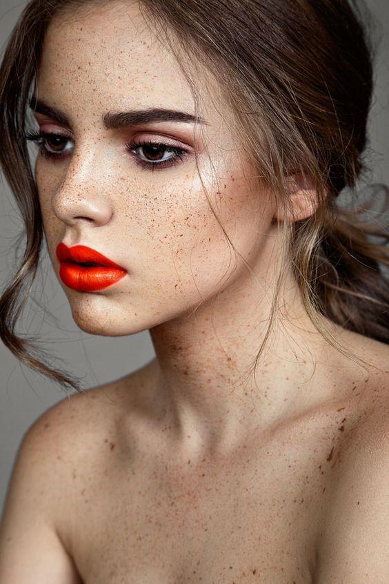 młoda piegowata dziewczyna z pięknym makijażem ust firmy bourjois