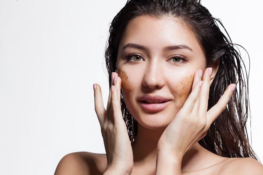 młoda dziewczyna stosuje peeling do twarzy