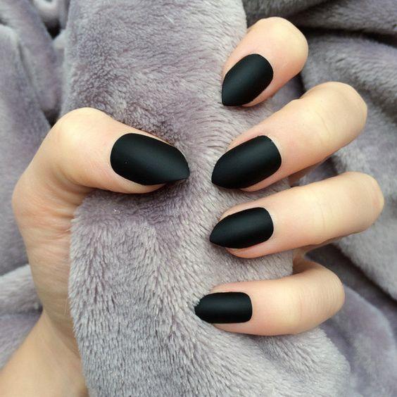 czarne paznokcie matowe